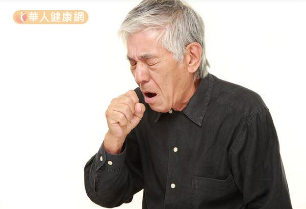 夜晚睡覺時更容易出現呼吸不順,甚至坐起來大口喘氣,或是需墊高好幾個枕頭才能入睡等,皆為心臟衰竭可能症狀。