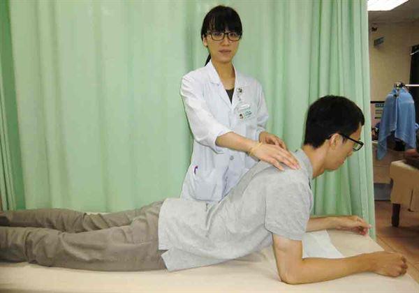 第1招【背肌強化運動】可達到訓練背肌的效果。(圖片提供/活力得中山脊椎外科醫院)
