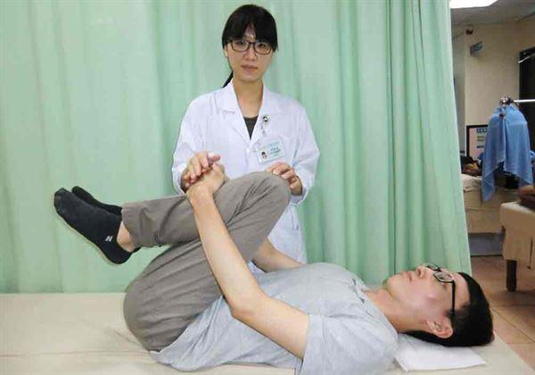第2招【背肌放鬆運動】可達放鬆背肌的效果。(圖片提供/活力得中山脊椎外科醫院)