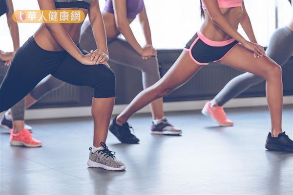 進行TRX之前記得先暖身,而「跨步」就是一個不錯的腿部暖身動作。