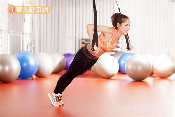 進行TRX訓練前後,別忘了暖身與收操,確保運動安全與肌肉健康。