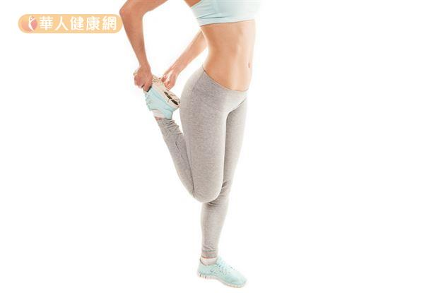 TRX訓練結束後別忘了收操,將小腿往臀部方向勾起,就是一個放鬆大腿前側肌肉的收操動作。