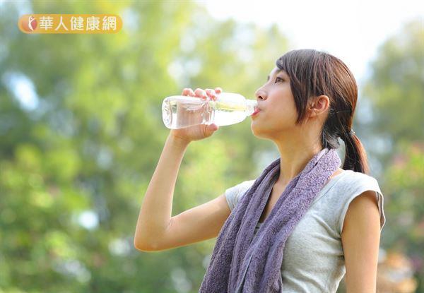 短時間運動時,只需補充水分即可,但長時間運動以及出現脫水症狀時,應優先補充含電解質的運動飲料。