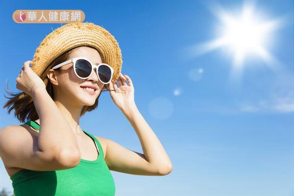 為了預防中暑,除了補充水分與電解質,還要避免在日曬強烈與氣溫過高時從事戶外活動。