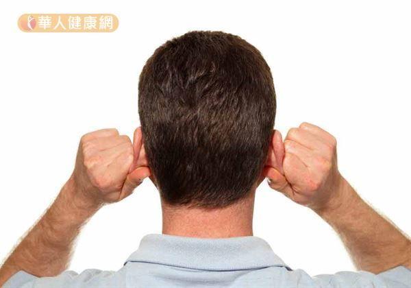 用「提拉耳垂法」可改善氣血循環,是夏日養生好方法。