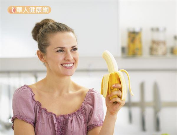 若是以「減脂」為目的,建議選擇地瓜、香蕉、蘋果等高纖食物當作碳水化合物的來源。
