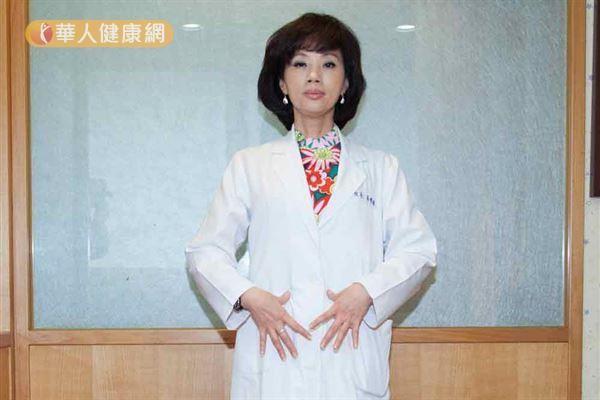 吳明珠中醫師(如圖)親自示範,推揉腹部,強調能強健脾胃功能。