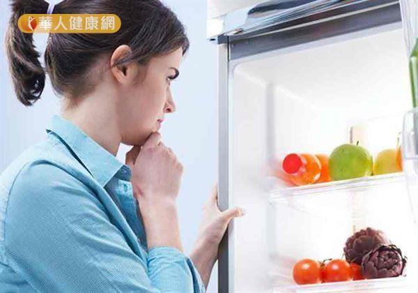 食物冷藏應將熟食放於最上層,生食放於下層,以避免交叉污染。