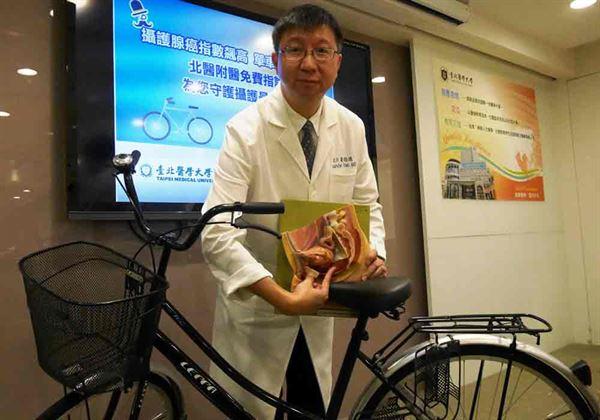 葉劭德主任表示,騎車時,單車坐墊會持續壓迫會陰部,刺激男性攝護腺分泌PSA造成指數飆高。(圖片提供/台北醫學大學附設醫院)
