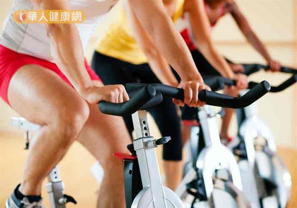 醫師建議「鐵馬族」每次騎30分鐘至1小時應休息,活動一下手腕、肩膀、腰部與臀部。