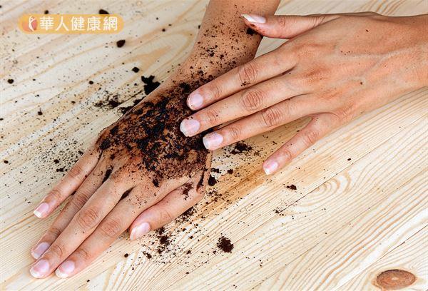 咖啡渣能拿來做身體去角質,讓皮膚變得較為光滑一點~
