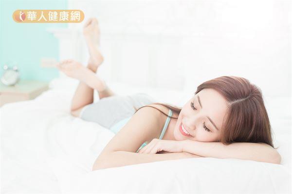 研究發現,睡眠不足容易發胖,建議一般成年人每晚睡足7~9小時。