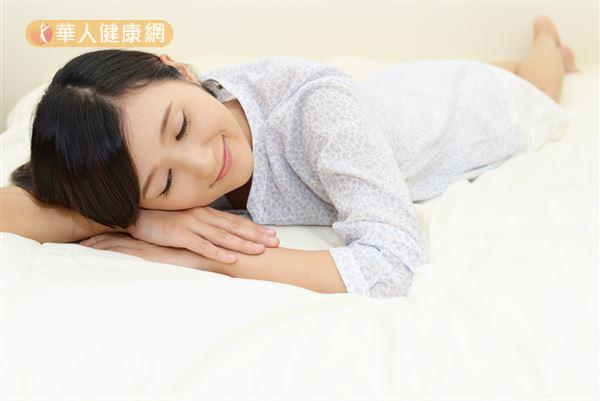 過去研究發現,睡眠不足容易導致飢餓荷爾蒙分泌過多,引起食慾增加。