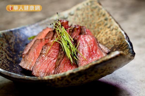 牛肉的蛋白質和鐵質豐富,但長期過量或不當攝取,恐增加罹患癌症、高血脂和肥胖的風險。