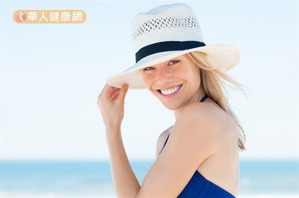 夏天戴帽子優先選擇通風性較好的草帽,可以避免因頭皮過度出油而造成的頭皮癢。