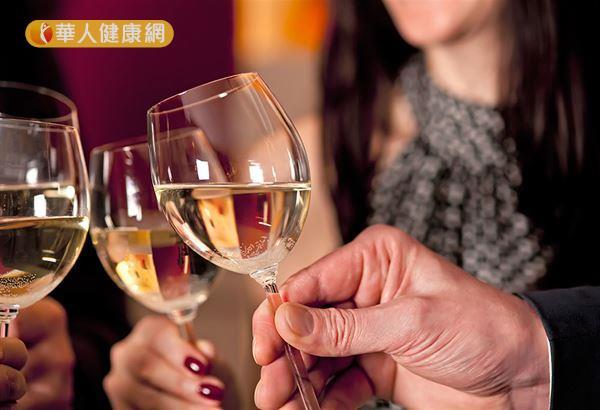 患有冠心病的人喝酒過量,甚至飲酒後馬上運動,有可能對原本受損的心臟帶來致命一擊。