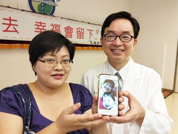 何彥秉醫師(右)呼籲,結婚夫婦想生孩子要趁早,難孕問題要儘早診治。左為接受不孕治療的林太太。(圖片提供/中國附醫)