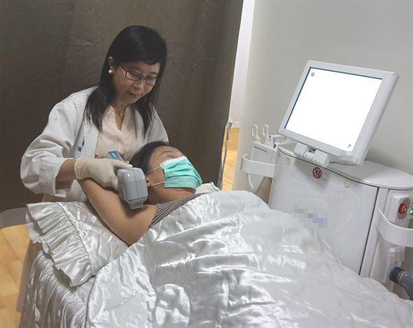 新竹馬偕紀念醫院皮膚科謝雅如醫師示範微波熱能抑汗處置。