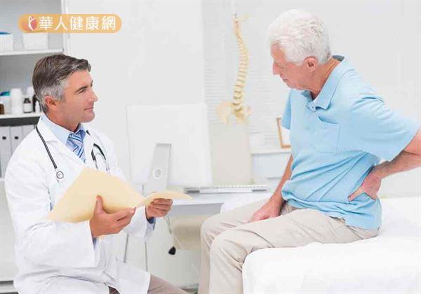 單側腰痛是腎結石典型症狀,雖然手術碎石治療可改善,但仍有很高的反覆發作機會。