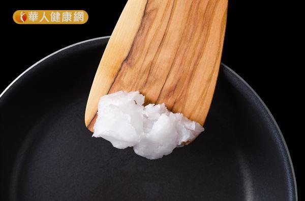 椰子油的飽和脂肪酸比例高達73.2%,長期大量攝取飽和脂肪酸,可能造成血管阻塞。