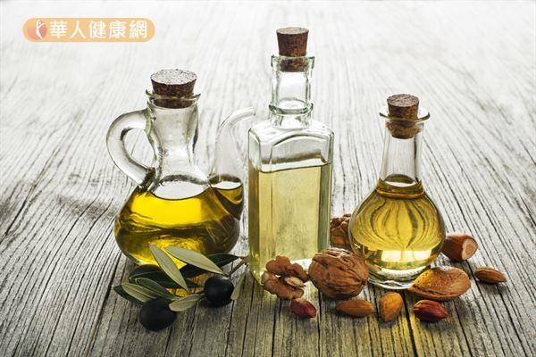 無論是苦茶油、橄欖油或芝麻油,盡量選擇冷壓初榨的油品,保留的多酚和抗氧化成分較多。