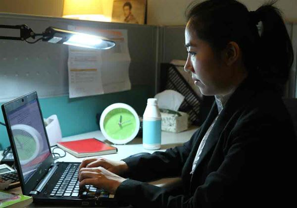 上班族熬夜睡眠品質差,常引發腸胃問題。(圖片提供/千禧之愛健康基金會)