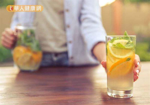 夏日高溫溽暑,不少女性朋友常會選擇來1杯酸甜爽口的檸檬水、酸梅湯、金桔汁、果醋等飲品,藉此消暑解渴。但對於正值生理期間的女性朋友來說,上述酸性食物卻是經期飲食的大忌。