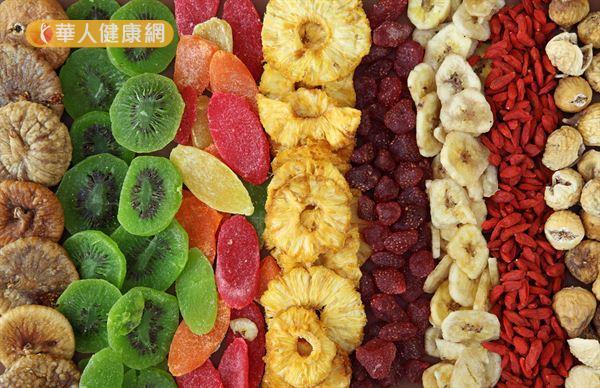 水果乾在製作過程中會額外添加精製糖或被油炸過,熱量密度相當高。