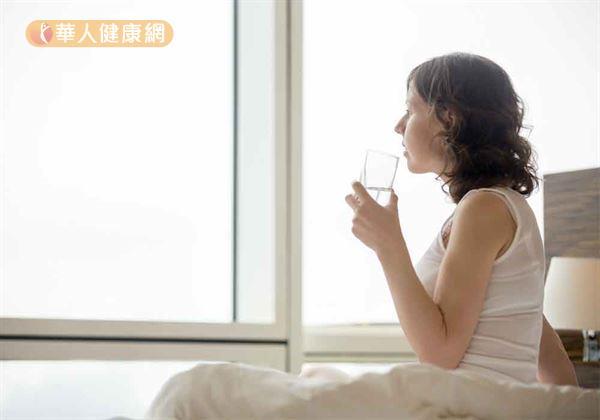 *睡著時腸胃蠕動較慢,起床時又是空腹,此時喝水,吸收更完全,也能促進腸胃蠕動,幫助排便,減少便祕的機會。