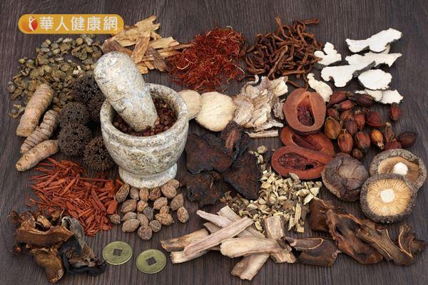 選擇適當的中藥材煮成茶,不僅有助養生,也能改善夏日失眠。