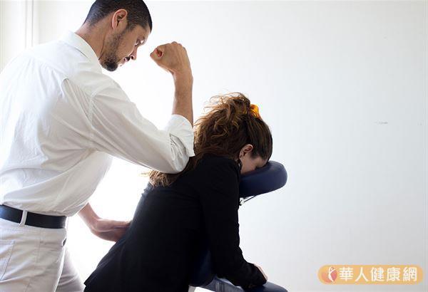 掌握推拿按摩的時間,視手法及欲達到之目的不定,建議為了防止皮膚破損,在施推拿按摩時可選用一些潤滑劑,如滑石粉、推拿油、按摩乳等。