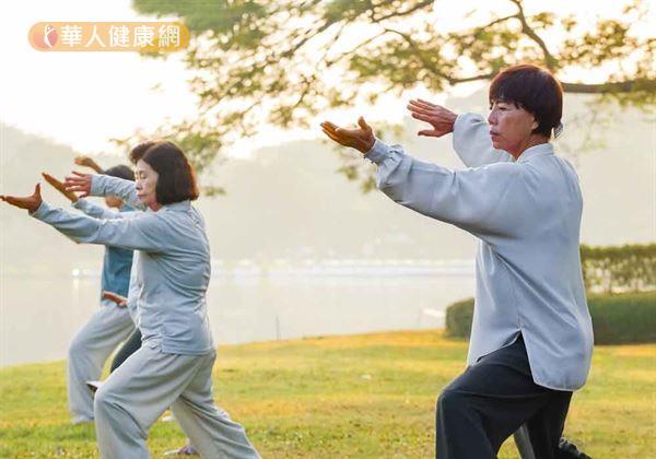 想要遠離冷氣病,養成規律運動習慣,加以鍛練心肺功能、增強身體應變力,並藉流汗排出體內暑熱也是很好的改善辦法。譬如,有氧運動、走路、八段錦、太極拳,都是不錯的選擇。