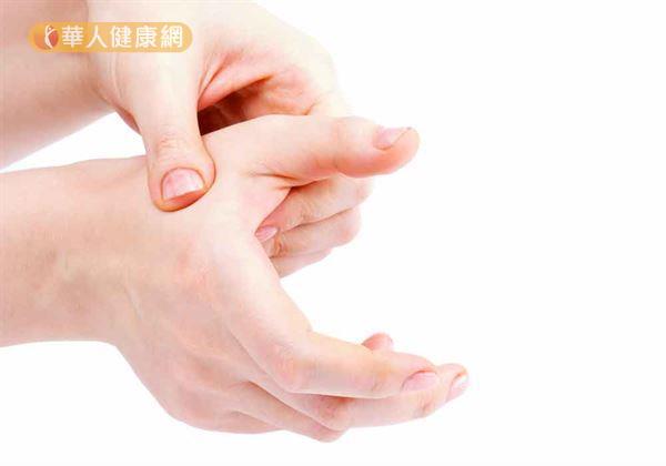 適度揉按位於大拇指、食指會合之處的合谷穴,就是幫助疏風解表的自我保健良方。
