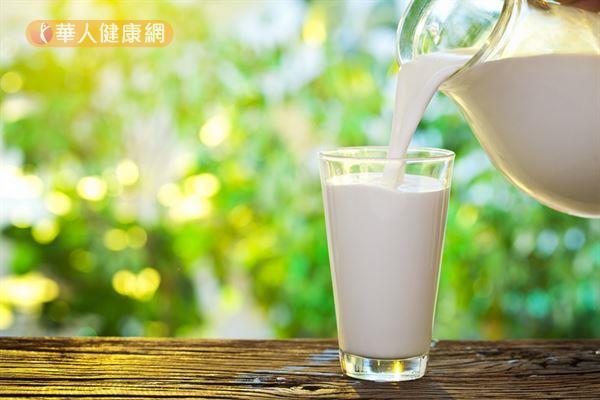 牛奶是補鈣好食物,亦是優良的蛋白質來源,成人每天喝1.5至2杯剛剛好。