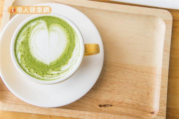 以綠茶或抹茶混搭牛奶,容易讓茶中單寧酸和牛奶中的鈣質結合,形成不容易被消化的物質,進而影響鈣質的吸收。
