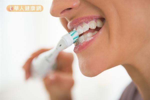 成年人每次吃完東西後,應以貝氏刷牙法清潔牙齒周圍,每次至少刷2至3分鐘以上。