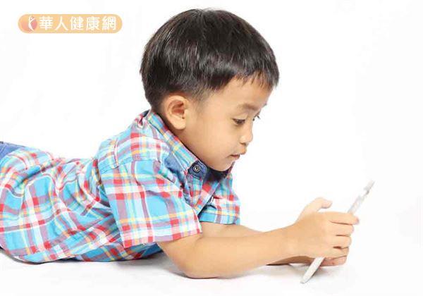 暑假期間,學童常學大人愛滑手機,發現對視力傷害比看電視還嚴重。