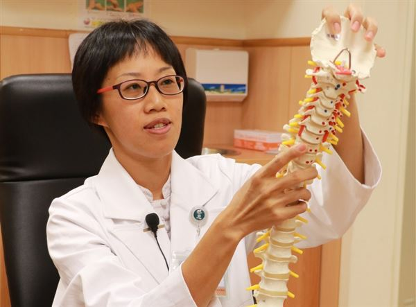 黃莉婷醫師指出,相較於站姿,坐姿對椎間盤造成的壓力是1.5倍。(圖片提供/台中慈濟醫院)