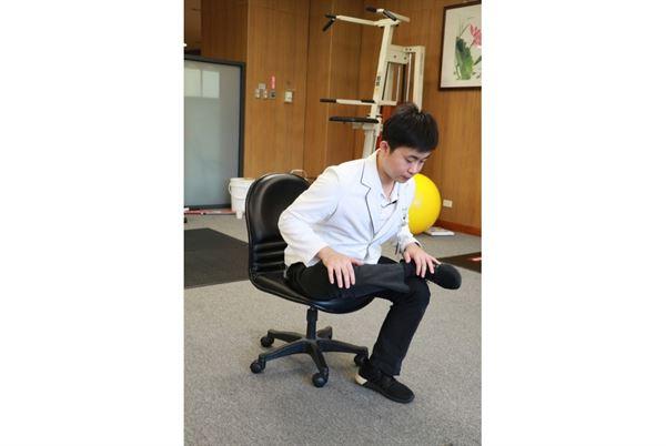 動作示範:臀大肌伸展。(圖片提供/台中慈濟醫院)