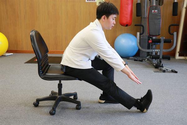 動作示範:大腿後方肌群伸展。(圖片提供/台中慈濟醫院)