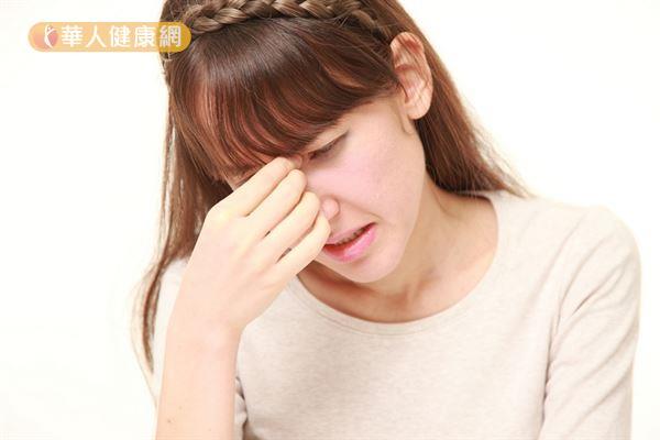 如果眼睛反覆發癢,最好盡早尋求眼科醫師的協助,找出可能的致病原因並對症治療。