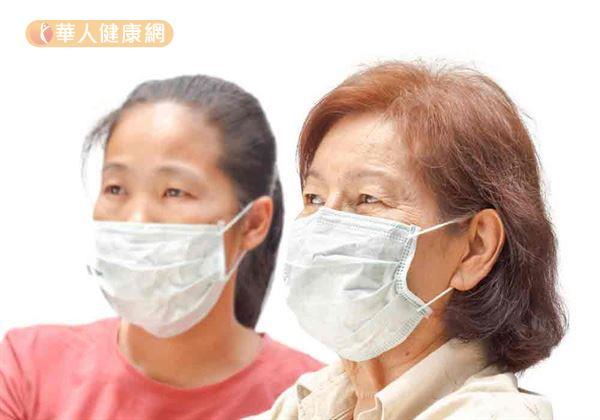 想要預防流感上身,流行季節應減少出入公共場所的機會,若非得至公共場所也應養成配戴口罩的習慣,以減少被感染機會。