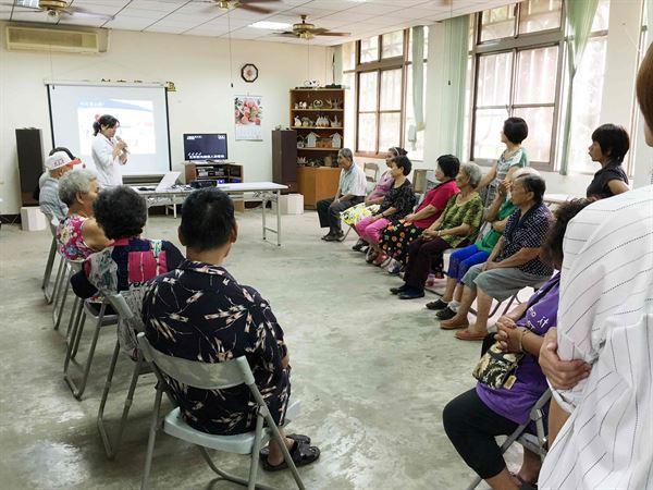 童綜合醫院健康教育中心周怡君個管師進行衛教。(圖片/童綜合醫院提供)