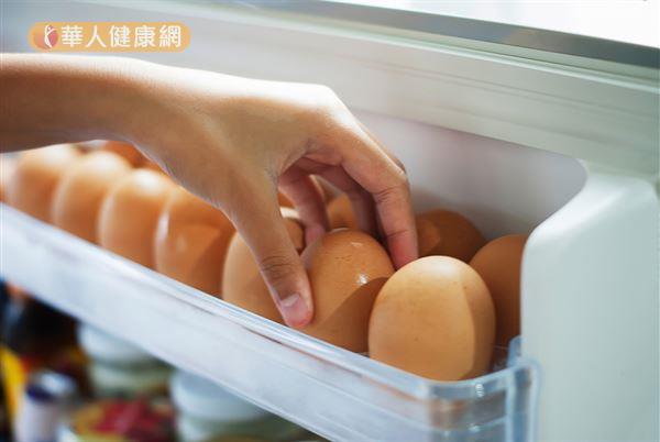冷藏雞蛋經過回溫後,蛋殼表面因濕潤容易滋生細菌。