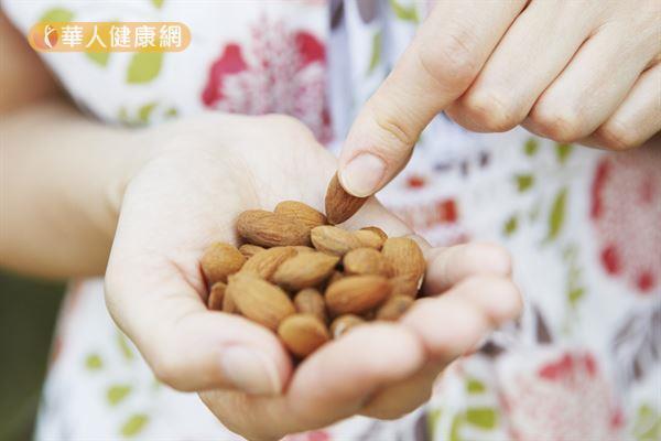 許多研究發現,適量補充杏仁有助於控制膽固醇。