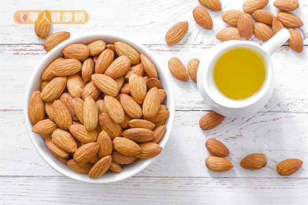 杏仁含有單元不飽和脂肪酸,有助於降低「壞的膽固醇」。