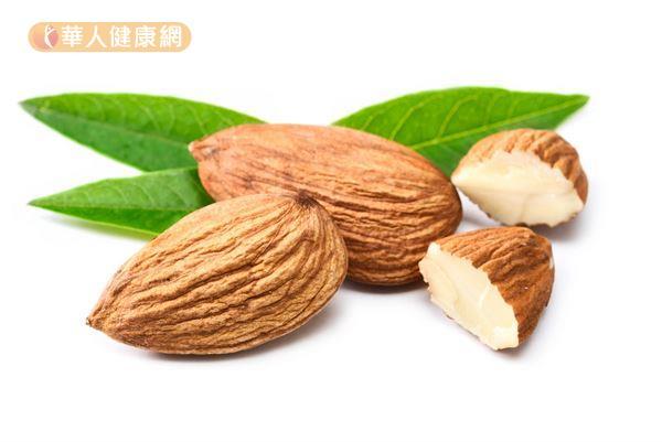 杏仁的熱量密度高,攝取過量容易增加體重,建議一天攝取一份堅果即可。