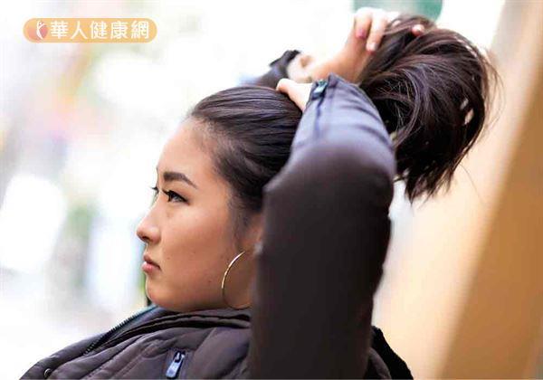 頭髮是第二張臉,現代女性喜歡綁高馬尾或丸子頭,以展現青春、活力和清爽的個人形象,但長時間綁相同髮型,造成同一區域的頭髮被反覆或過度拉扯,會增加該區域的掉髮量。
