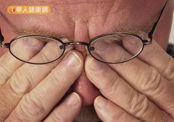 長眼科醫師指出,長期且過度使用眼睛,都會造成眼睛疲勞,讓眼睛提早老化。