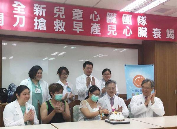 在中國醫大兒童醫院醫護團隊通力合作之下,成功搶救「開放性動脈導管」早產兒的生命。(圖片提供/中國醫大兒童醫院)